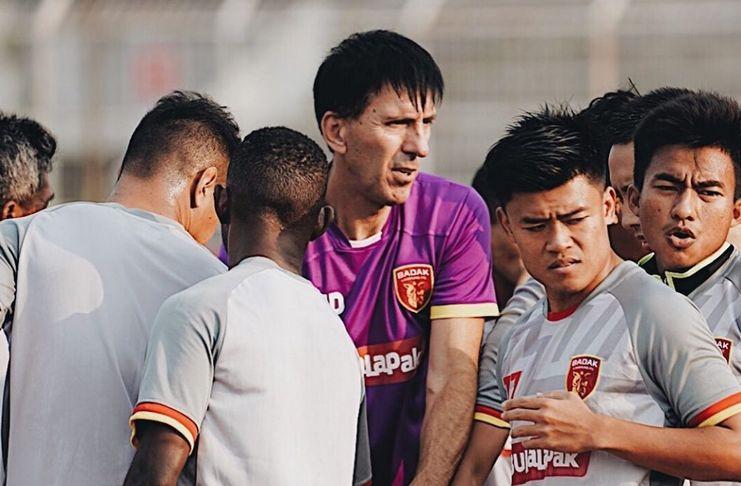 Milan Petrovic di antar pemain Perseru Badak Lampung FC. (IST)