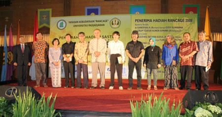 Sastrawan Udo Z. Karzi mewakili pemenang Hadiah Sastra Rancage 2008 menyampaikan sambutan dalam acara penyerahan Rancage di Unpad, Bandung, Sabtu, 14 Juni 2008.